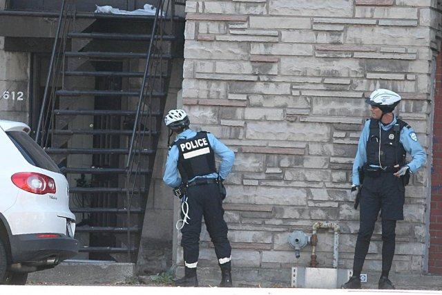 Des policiers ont tenté de déterminer la source... (PHOTO PATRICK SANFAÇON, LA PRESSE)