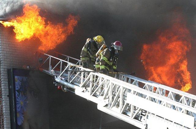 Les pompiers de Montréal combattent depuis le début de l'après-midi un  très... (Photo: Patrick Sanfaçon, La Presse)