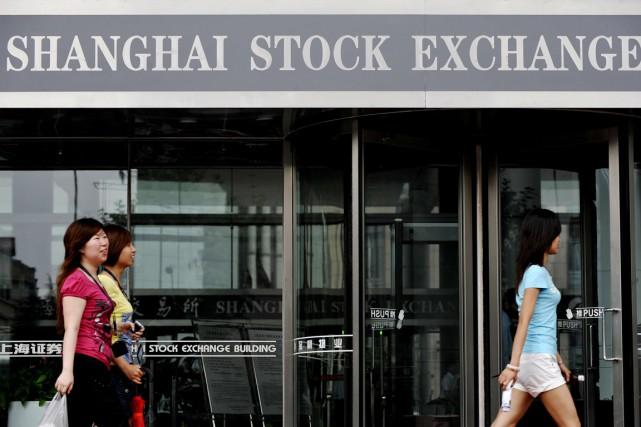 La Bourse de Shanghai plongeait de 3,02% à l'ouverture mardi suite à des ventes... (Photo d'archives Philippe Lopez, AFP)