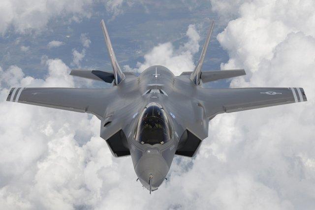 L'achat et l'entretien de 65 F-35 coûteraient en... (Photo Reuters)