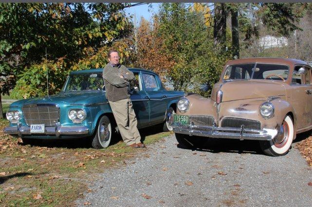 Karl Hunting avec deux de ses berlines Studebaker.... (Photo Éric Descarries, collaboration spéciale)