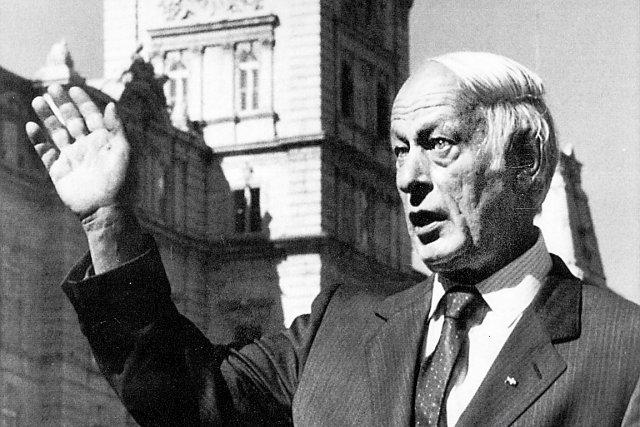 Une fois élu en 1960, René Lévesque griffonne... (Archives Le Soleil)