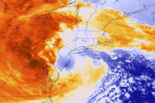 Cette photo satellite montre l'ouragan Sandy frapper la... (PHOTO: REUTERS)