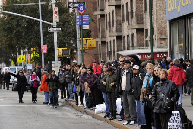Des New-Yorkais attendent l'autobus mercredi sur la 6e... (Photo: AFP)