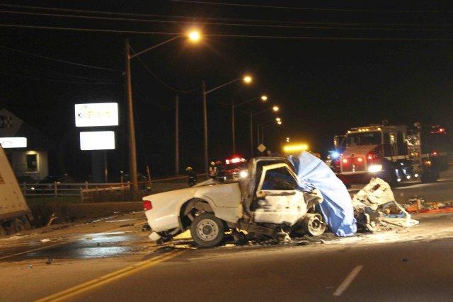 La camionnette a pris feu lors de l'impact,... ((Photo Isabelle Tremblay))
