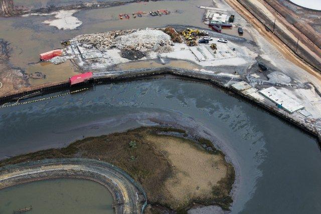 L'ouragan Sandy a entraîné la fuite de dizaines de milliers de litres... (Photo: AP)