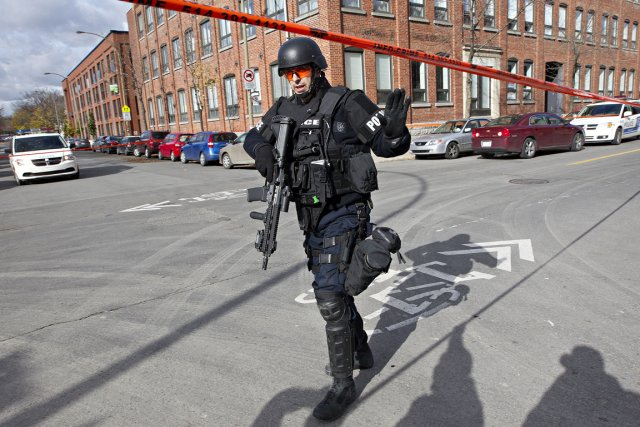 Opération policière musclée dans Hochelaga-Maisonneuve.... (Photo Patrick Sanfaçon, La Presse)