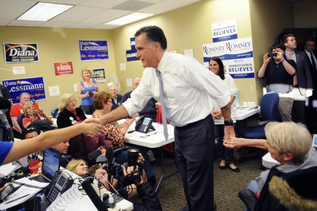 Mitt Romney a salué des bénévoles dans un... (Photo: AFP)