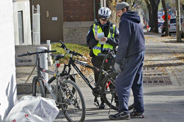 Les piétons et cyclistes qui traversent au feu... (Photo Patrick Sanfaçon, La Presse)