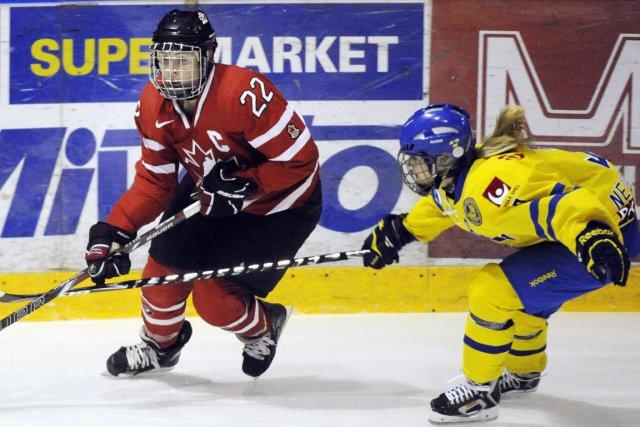 La capitaine de l'équipe canadienne, Hayley Wickenheiser, bataille... (Photo: Reuters)