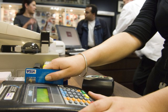 Les consommateurs canadiens ont fait davantage d'achats, mais ont profité de... (Photo Bloomberg)
