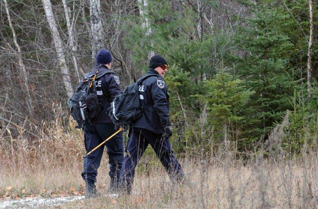 Les policiers de Saguenay et le maître chien... ((Photo Rocket Lavoie))