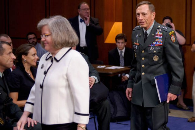 David Petraeus, sa femme Holly, et sa biographe Paula... (Photo: AFP)