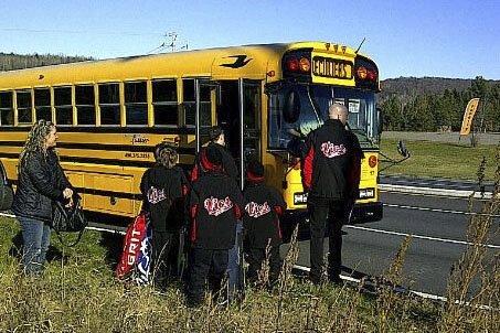 L'autobus des Vics a rendu l'âme non loin... (photo fournie par Hélios Montuenga)