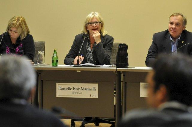 La mairesse Danielle Roy Marinelli montre du doigt... (Le Soleil, Steve Deschênes)