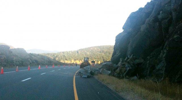 Un éboulement minime de terre et de roches a causé la fermeture d'une voie sur... (photo archive)