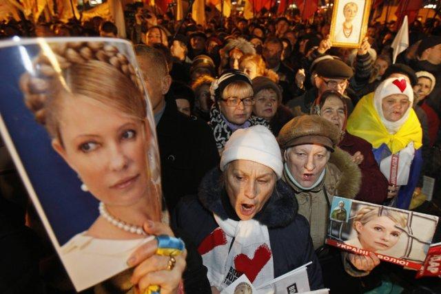 Des partisans de Ioulia Timochenko ont protesté lundi... (Photo: Reuters)
