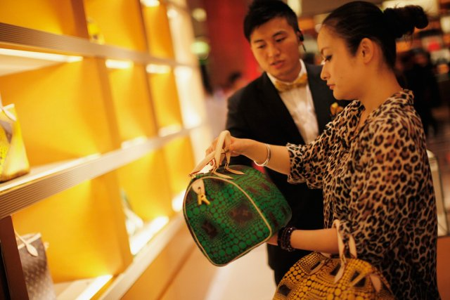 Séance de magasinage à la boutique Louis Vuitton... (PHOTO CARLOS BARRIA, REUTERS)