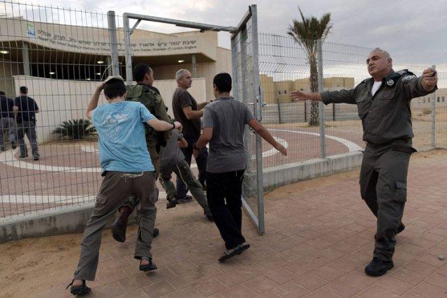Des soldats et des colons israéliens se précipitaient... (Photo: AP)