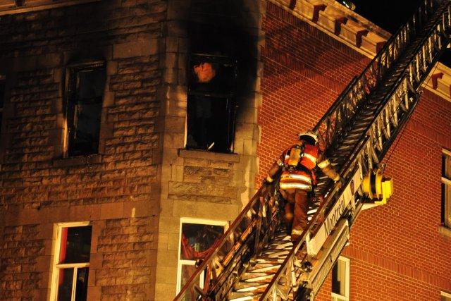 Des pompiers ont réussi à secourir deux personnes... (Photo Sylvain Ryan, collaboration spéciale)