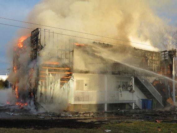 Un violent incendie a complètement détruit un édifice de quatre logements de la... (La Tribune, Nelson Fecteau)