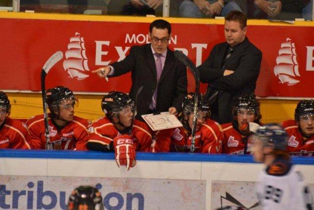L'entraîneur-chef Éric Veilleux et ses joueurs... (Photo: Drakkar de Baie-Comeau)