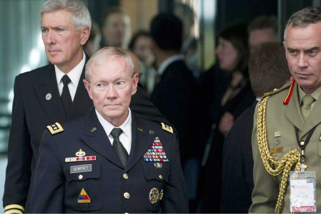 Le général Martin Dempsey (2e à partir de... (PHOTO SAUL LOEB, AFP)