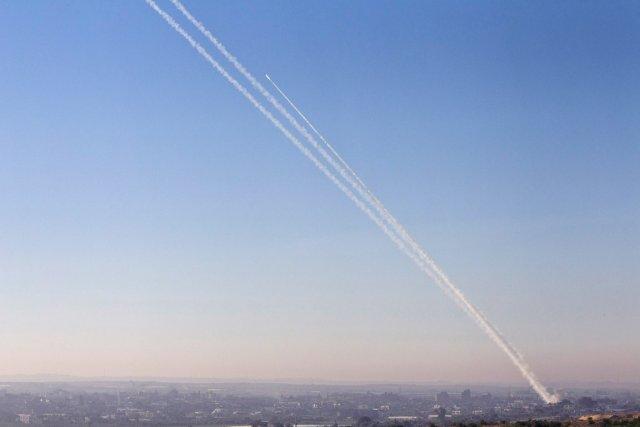 C'est la première fois qu'une roquette tirée de... (PHOTO NIR ELIAS, REUTERS)