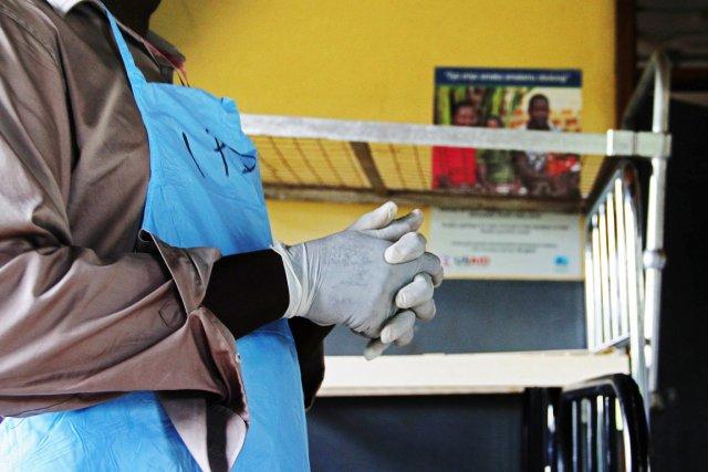 Un infirmier du Centre de santé Nyimbwa, du... (PHOTO  ISAAC KASAMANI, AFP)
