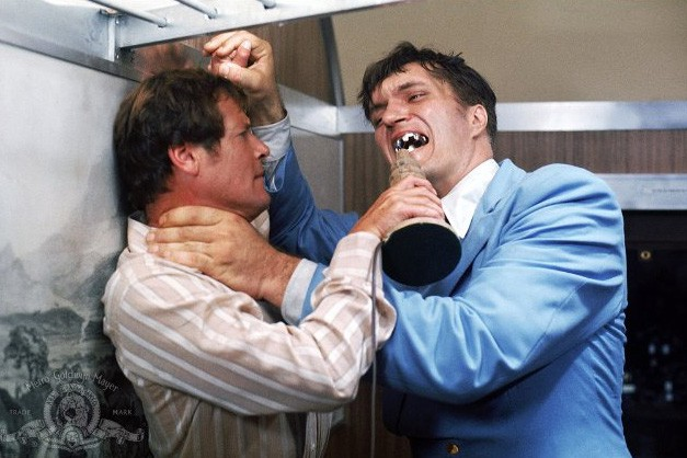 James Bond (Roger Moore) et Richard Kiel (Jaws)... (MGM Studios)