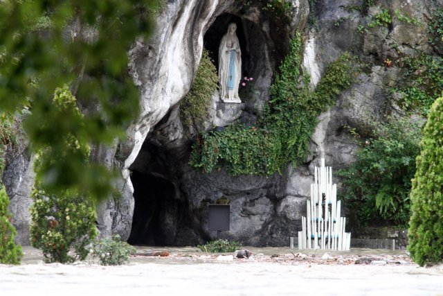 La grotte de Massabielle, à Lourdes, où la... (Photo Laurent Dard, AFP)