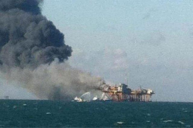 Le feu s'est déclenché vendredi et a envoyé... (Photo Associated Press)