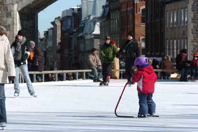 Petits et grands peuvent patiner gratuitement à la... (Photothèque Le Soleil, Steve Deschênes)