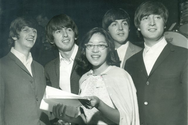Une fan photographiée avec les Beatles au Forum... (Photo: archives Montreal Star)