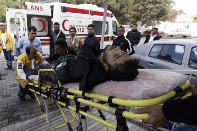 Un combattant rebelle blessé est évacué vers un... (Photo Reuters)