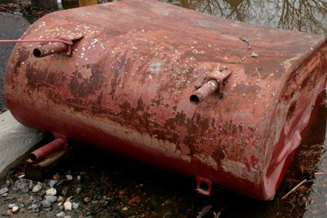 Découvrir un réservoir de mazout souterrain tout rouillé, des cernes de... (Photo archives La Presse Canadienne)