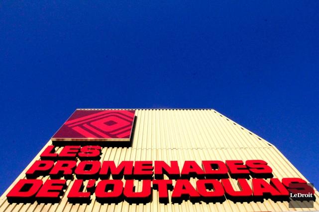 La démolition de l'immense enseigne du centre commercial... (Étienne Ranger, LeDroit)