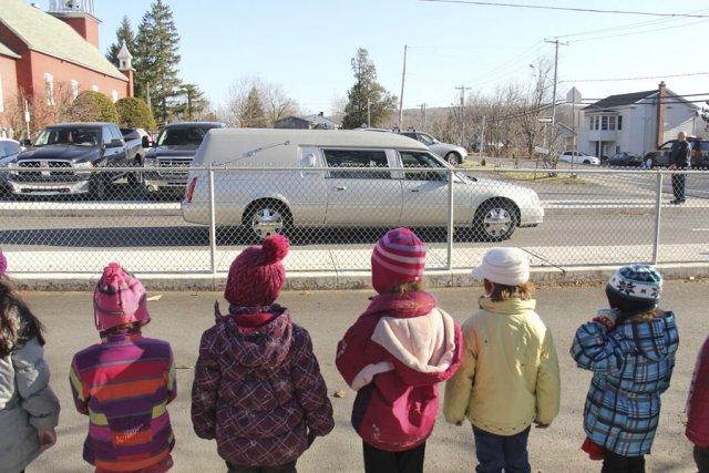 Des élèves de l'école Saint-Édouard, de Lac-Brome, forment... (photo Janick Marois)