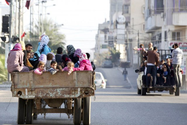 Des Palestiniens qui ont quitté leur résidence en... (PHOTO MAJDI FATHI, REUTERS)