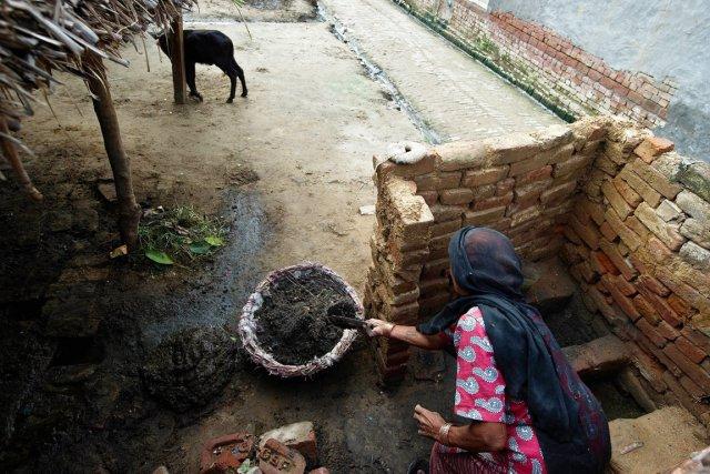 Une femme nettoie une toilette dans le village... (PHOTO PRAKASH SINGH, ARCHIVES AFP)