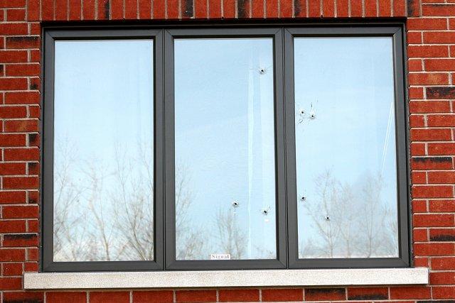 Les projectiles ont surtout traversé la fenêtre d'une... (Photo Patrick Sanfaçon, La Presse)