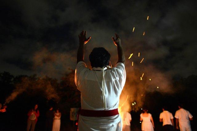 Un prêtre maya effectue un rituel sur le... (Photo: AFP)
