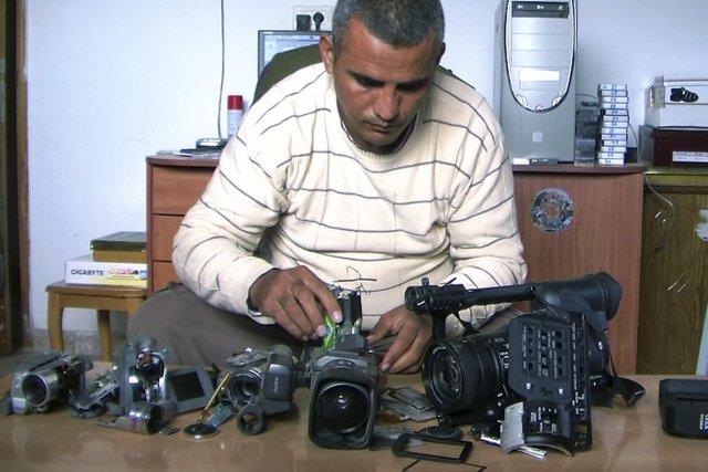 Le Palestinien Emad Burnat avec ses cinq caméras... (PHOTO FOURNIE PAR LA PRODUCTION)