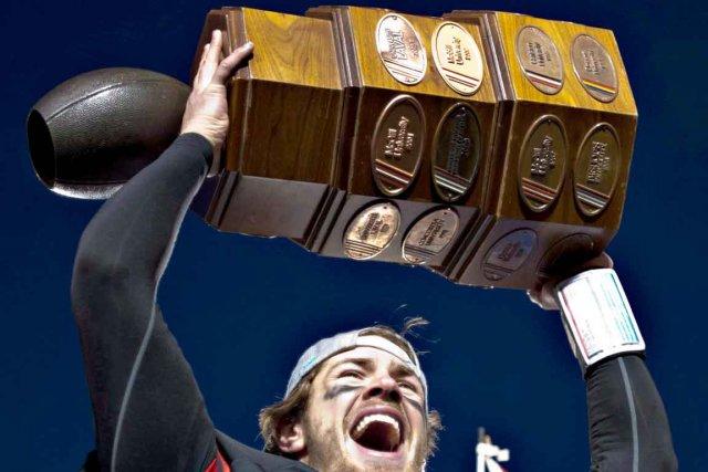 Le quart-arrière Tristan Grenon soulève la Coupe Dunsmore... (Photothèque Le Soleil)