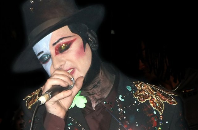 Boy George en 2003... (Wikipedia)