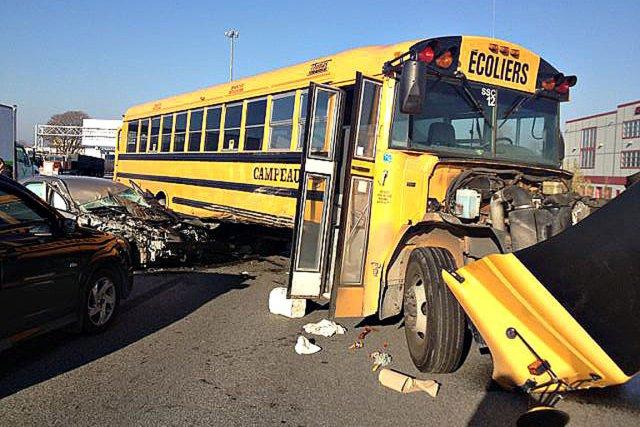Un accident spectaculaire impliquant deux autobus scolaires bondés d'élèves... (PHOTO TIRÉE DE TWITTER)