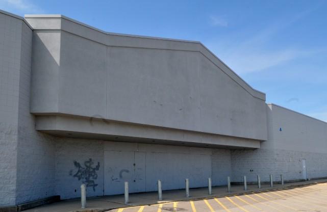 Le Walmart de Jonquière est fermé depuis 2005.... (Photo archives)