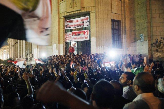 Des centaines de manifestants réunis devant le Palais... (PHOTO GIANLUIGI GUERCIA, APF)