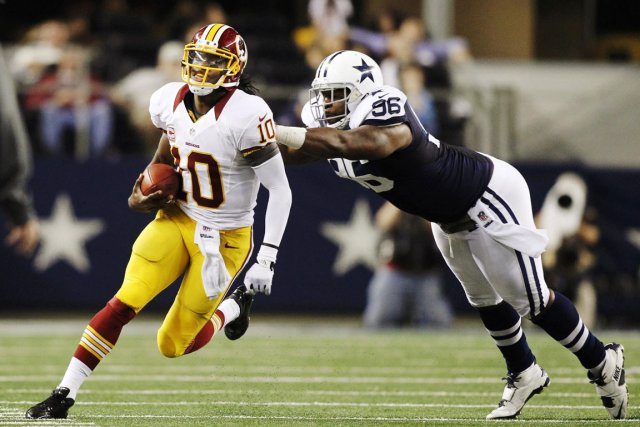Le quart des Redskins Robert Griffin III évite un... (PHOTO MIKE STONE, REUTERS)