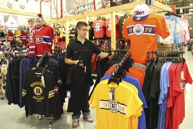 Les ventes de vêtements licenciés stagnent depuis le... (photo Alain Dion)
